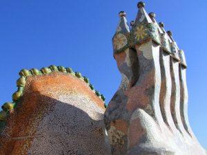ستون فقرات اژدها و یکی از دودکشهای پشتبام کازا باتیو